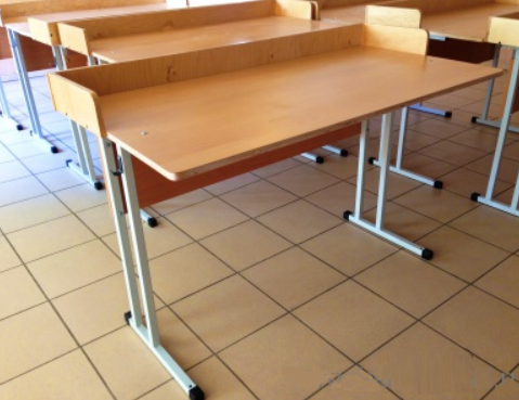 Дымовой факел, ученический стол в кабинет физики закрытом состоянии пружинная